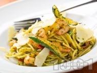 Спагети с босилеково песто, скариди, тиквички и чушки